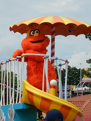 murray in the parade (pompomflipflop) Tags: sesameplace parade characters murray monster sesamestreet