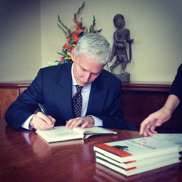 Richard Duncan signing The New Depression for Channel NewsAsias Money Mind book contest.