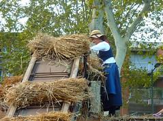 La Toulousaine prend la cl des champs (Iris.photo@) Tags: france machine grains toulouse agriculture farine paille bl prairiedesfiltres batteuse battagelancienne toulouseprendlacldeschamps