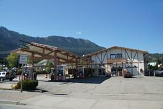 Gas station in Leavenworth, WA (SomePhotosTakenByMe) Tags: city vacation usa america washington unitedstates urlaub gasstation stadt amerika leavenworth tankstelle bavarianvillage