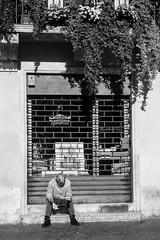 Leggendo il giornale.jpg (gilberto.gini) Tags: street blackandwhite bw strada bn piazzanavona biancoenero leicasummicron40mm gilbertogini leggendoilgiornale fujixpro1