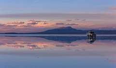 Salar de Uyuni (Never House) Tags: travel sunset mountain lake water canon lago agua montana view jeep bolivia paisaje reflejo salar uyuni potosi 550d 55250mm