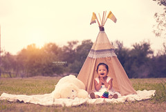Estefana (ivalvarezphoto) Tags: feliz sonrisa exterior sesion infantil india tienda teepee tepee tipi nia gente pretty