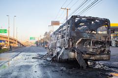 Incendio em onibus Marginal Tiete 12jul2016-32.jpg (plopesfoto) Tags: carros nibus fogo fumaa polcia incndio cet chamas bombeiros marginaltiet passageiros trnsito cobom