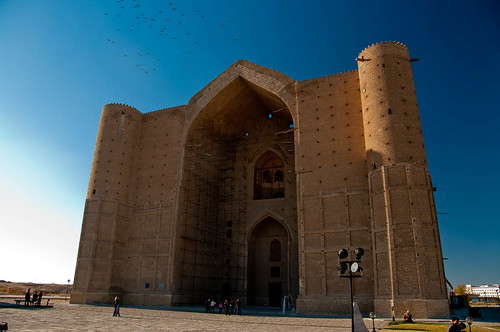 Le mausolée-mosquée, du coté de son entrée.