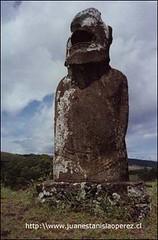 Moai ubicado al interior de la isla que se caracteriza por tener cuatro manos. Febrero 2002.