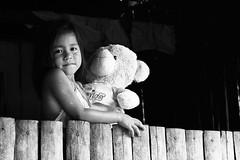 _ (KChio) Tags: bear blackandwhite blancoynegro girl toy photography colombia child teddy native nia amazonas indgena fotografa