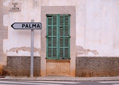 ES LLOMBARDS - PALMA (Punxsutawneyphil) Tags: road street espaa verde green sign spain europa europe traffic letters jalousie schild spanish grn left links spanisch mallorca palma spanien majorca southerneurope buchstaben wegweiser strase sdeuropa llombards esllombards