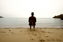 Je t'attendrai encore longtemps (Philmon Shivar) Tags: sea solitude fuji sable fujifilm chaise tristesse posie mlancolie xt1 chapeauhautdeforme fujixf14mmf28r