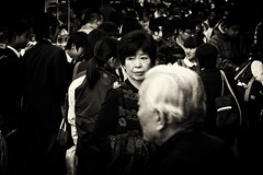 Seule (Dan Bouteiller) Tags: street city urban blackandwhite bw woman white black streets monochrome japan sepia canon eos japanese blackwhite noir noiretblanc ueno market streetlife streetscene monochromatic nb canon5d blanc japon ville japonais noirblanc ameyoko streetshot japonaise