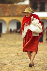 En la Plaza (Juan Diego Rivas) Tags: plaza old portrait woman canon colombia retrato oldwoman 28 tamron wrinkles peasant 6d villadeleyva boyaca campesino arrugas ruana campesina countryfield countrywoman tamron70200