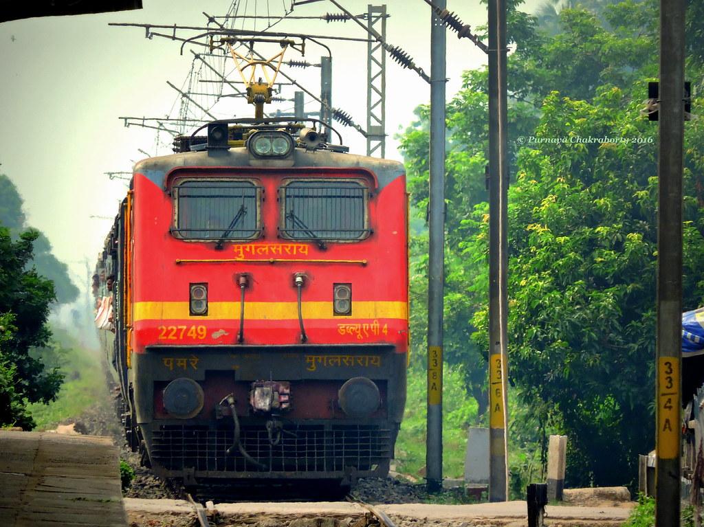 ab5959e4933 Indian Railways   ER s super crawler Jammu Kolkata Express entering  Kamarkundu for scheduled halt ! (