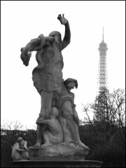 Empiétement (O Caritas) Tags: bw paris france statue photoshop europe december eiffeltower 2006 toureiffel jardindestuileries nikoncoolpix8800 3december2006 ©2006bypatricktpowerallrightsreserved