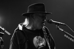 Neil Young (Roxane Welch) Tags: light blackandwhite musician horse music white man black hat festival switzerland crazy concert suisse guitar gig young neil legend paleo guitarist neilyoung guitare nyon palo neilyoungandcrazyhorse palo2013 paleo2013