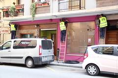 En la imagen se puede ver a tres operarios de la empresa Indartel Comunicaciones realizando una instalaci�n junto al Restaurante Urkaregi