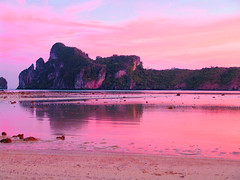 Phi Phi Islands 726 (mart.panzer) Tags: sunrise tonsai tonsaibay aotonsai kohphiphidon asia thailand phiphiisland bestoff beach phiphi gerhardpanzer photos pictures impressions highlights nature vacation holiday people mustsee top best bestof traumstrand traumstrnde trauminseln