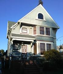 Queen Anne + Colonial Revival (sftrajan) Tags: california house architecture queenanne alameda gable goldcoast grandstreet colonialrevival cityofalameda daytonavenue fishscaleshingles cityofalemeda