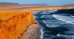 Polvo y agua (maca.cdt) Tags: travel viaje sea costa southamerica landscape coast mar colours colores per land desierto tierra paracas sudamrica