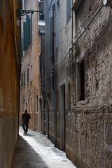 Venise (Corinne Queme) Tags: morning venice light italy silhouette lumire ruelle venise venezia sanmarco murs matin