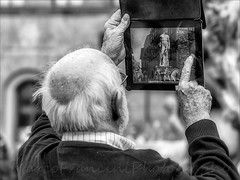 Modern photography (Arunte) Tags: italy man apple statue nikon photographer firenze toscana piazzadellasignoria palazzovecchio ammannati biancone ipad marcofrancini arunte