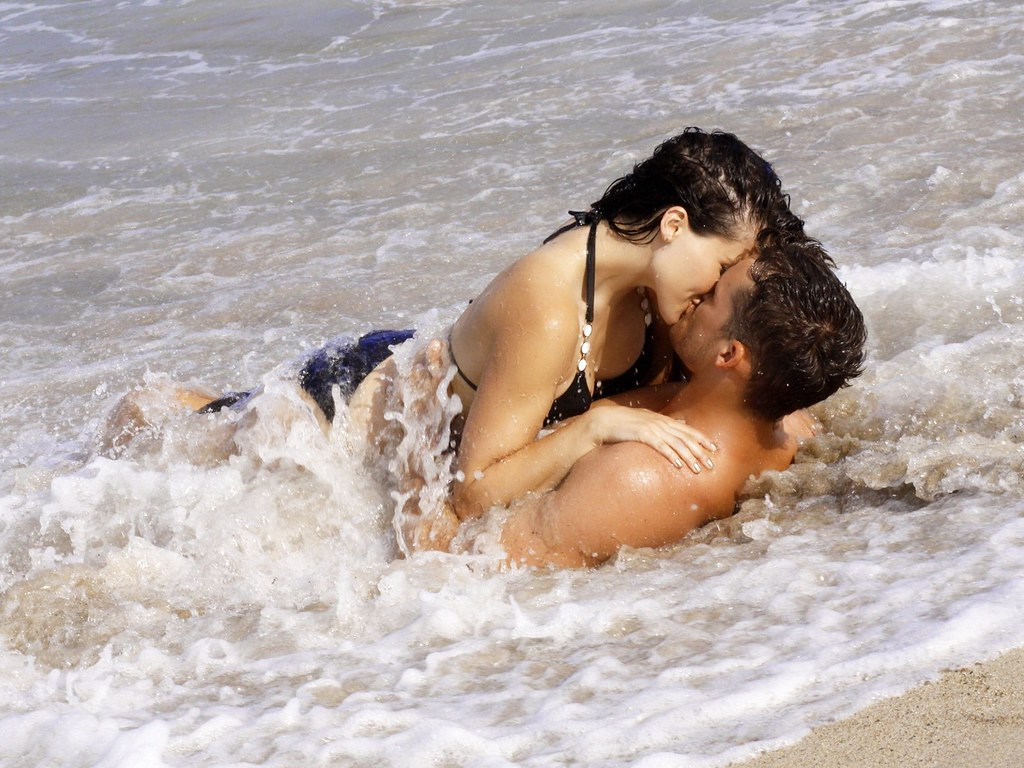 beach-couple-kiss