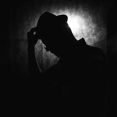 """"""" - Voulez-vous me prendre en photo avec mon chapeau ?"""" """" - Ce serait plus facile avec un appareil photo !"""" (Philippe Geluck) (Et si, et si ...) Tags: monochrome silhouette lumire chapeau contrejour homme"""