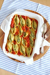 Ricotta and spinach stuffed shells / Conchinhas recheadas com ricota e espinafre (Patricia Scarpin) Tags: cheese martha pasta ricotta parsley parmesan spinach tomatosauce