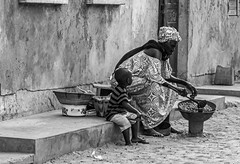 vivere per strada 6 (mat56.) Tags: life street city people woman white black monochrome saint monocromo louis donna strada child bambini senegal bianco nero vita citt mat56 pesone