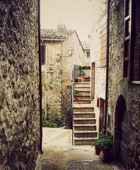 Le scalette (Ska * mon) Tags: street door windows italy scale window strada italia doors finestra porta porte vicolo borgo umbria ingresso scorcio lampione stradina finestre scalini scalette vicoletto