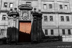 Puerta Universidad Pontificia (Fotografando a minha vida) Tags: bw espaa color canon rojo puerta bn universidad len fachada castilla 550d 1585mm