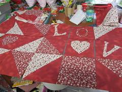 Distribuindo os quadros para ver as melhores posioes... (Nena Matos) Tags: love amor vermelho quarto patchwork cama letto letras lettere tecidos decoraao cabeeiradecama sefazassim