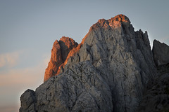 Amanecer sobre La Torre del Friero. (Arantza H.B.) Tags: espaa mountain nature landscape amanecer montaa picosdeeuropa