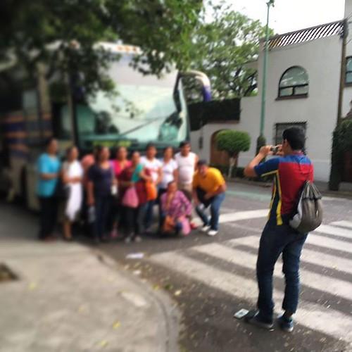 Mientras tanto en #coyoacan  una familia fuera de foco se hace la foto del recuerdo. #cdmx #turistas