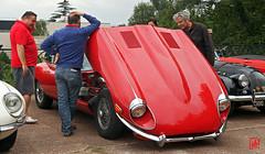 Baisse la capot on voit le moteur...de la Jaguar type E (mamnic47 - Over 6 millions views.Thks!) Tags: jaguar capot voitures suresnes voituresanciennes img2001 jaguartypee terrassedufcheray 12062016 clubdelauto