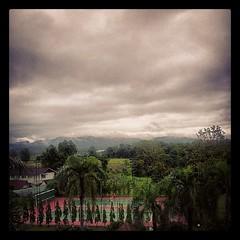 เมฆครึ้มยามเช้า บนสนามเทนนิสด้านล่าง #tenniscourt #measot