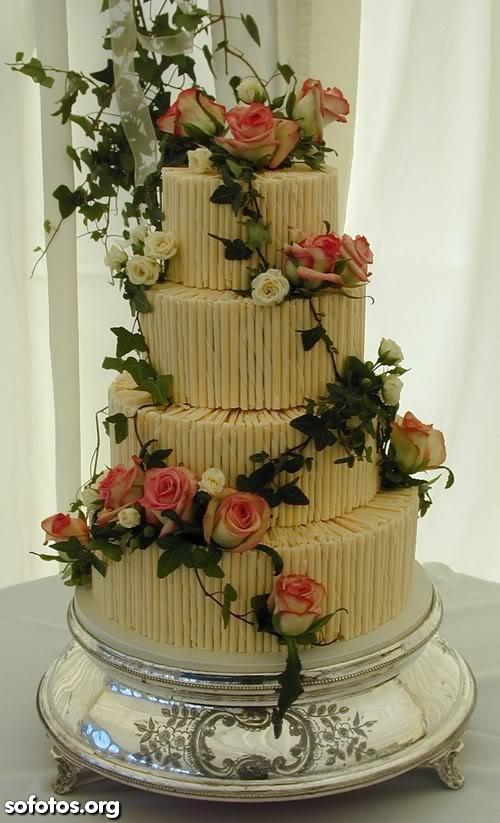 Bolo de casamento coberto com flores