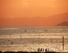 Paisaje interior (VanessaNieto) Tags: people lake lago atardecer mar dusk venezuela personas naranja lateafternoon degradacion aragua