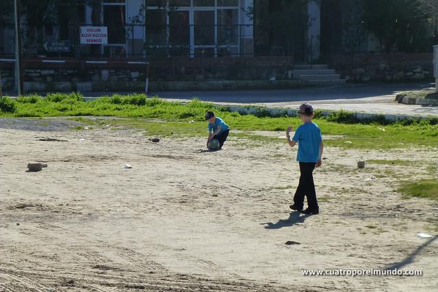Jugando a futbol en el descanso de las clases