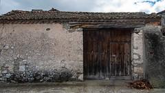 (Oscar F. Hevia) Tags: door espaa muro wall pared spain puerta gate segovia tailgate corral adrados portn