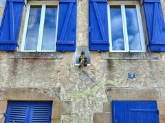 Cadran solaire breton (Iris.photo@) Tags: france bretagne bleu morbihan fentre statuette volet auray cadransolaire