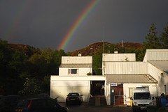 Stisean-Poilis Caol Loch Aillse (Mrtainn) Tags: regenboog arcoiris scotland highlands rainbow alba police escocia arcoris arcobaleno alban szkocja esccia schottland 999 westerross pelangi schotland ecosse regnbue lochalsh scozia sateenkaari tcza skottland rossshire enfys regnbge skotlanti regnbogi skotland kyleoflochalsh ortzadar arcdesantmart duha broskos caollochaillse  curcubeu szivrvny esccia skcia northernconstabulary mavrica reinbge  vikerkaar albain  iskoya  gkkua rawtherapee  dha vaivorykt boghafroise lochaillse  gidhealtachd renboog taobhsiarrois siorramachdrois scoia kanevedenn boghabist kaoduga varavksne arvedvgi poileas poileasachinnatuath