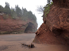 Morning Fog and Low Tide at St. Martins (Doom vs) Tags: ocean sea canada tide stmartins newbrunswick cave bayoffundy