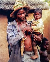 Pre et fils (yrotori2) Tags: africa portrait man face 35mm children samba african uomo chapeau afrika benin cappello visage afrique bambino volto bnin natitingou atakora