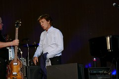 Paul McCartney changes guitars #1 (NM_Pics) Tags: munich mnchen paul beatles olympicstadium mccartney paulmccartney olympiastadion oneonone