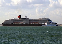 Queen Victoria passing Wightlink Ferry (Loves the New Forest) Tags: pier head victoria queen solent cunard ryde southamptonwater