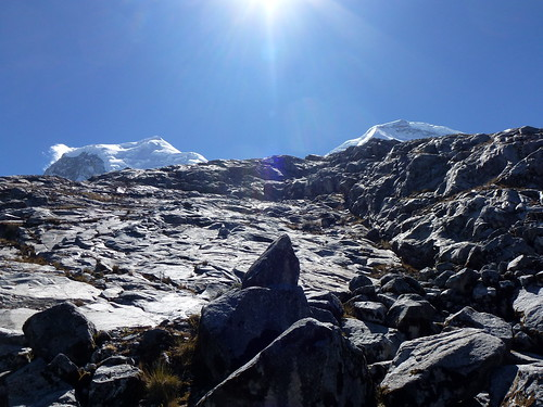 Huascarán N y S .... tous petits derrière la partie en rocher