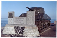 Westkapelle, Sherman tank (Ren Maly) Tags: film fuji olympus 135 zuiko 1850 fujicolor om2n sooc renmaly