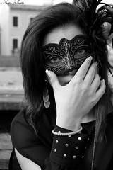 Appoggiamo la maschera bianco e nero (Alberto Panizzolo) Tags: wood sky black tree green water sarah alberi river beige erba jeans alberto cielo acqua cuore velo nera canale maschera legno pontile dolo pendente collana maglietta tacchi piume ricami panizzolo