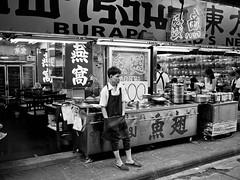 Cuistot attendant le rush (Dahrth) Tags: blackandwhite man guy thailand asia chinatown noiretblanc bangkok thaïlande nb type asie 20mm seller homme gf1 vendeur commerçant lumix20mm gf120