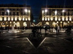 Ciclista ao centro da Piazza (felipetricoli) Tags: world travel italy tourism torino photography cool pretty italia bicicleta viajando cult viagem ciclista noite traveling voltaaomundo turismo viagens sabado naestrada ontheroad mundo cultura aroundtheworld piazzacastello sabato viagaribaldi turim pénaestrada rosadosventos
